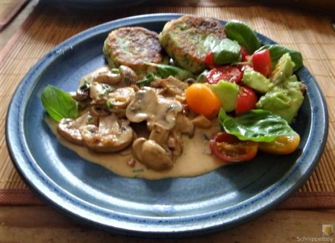 Kartoffel-Spinat Taler, Champignon, Tomaten-Avocado Salat (4)