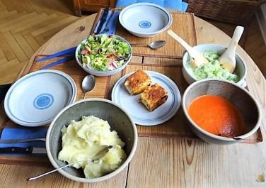 Kartoffelstampf mit Feta, Paprikasauce, Gurkensalat und ein Blattsalat (18)
