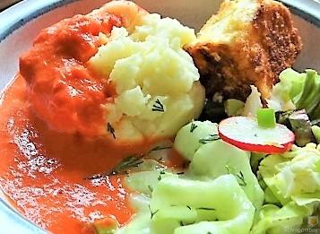 Kartoffelstampf mit Feta, Paprikasauce, Gurkensalat und ein Blattsalat (20)