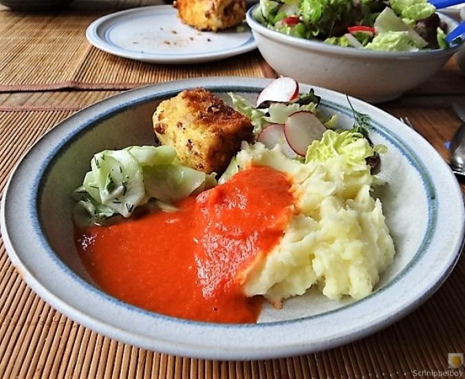 Kartoffelstampf mit Feta, Paprikasauce, Gurkensalat und ein Blattsalat (21)