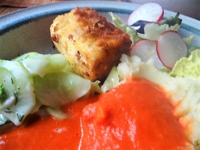 Kartoffelstampf mit Feta, Paprikasauce, Gurkensalat und ein Blattsalat (3)