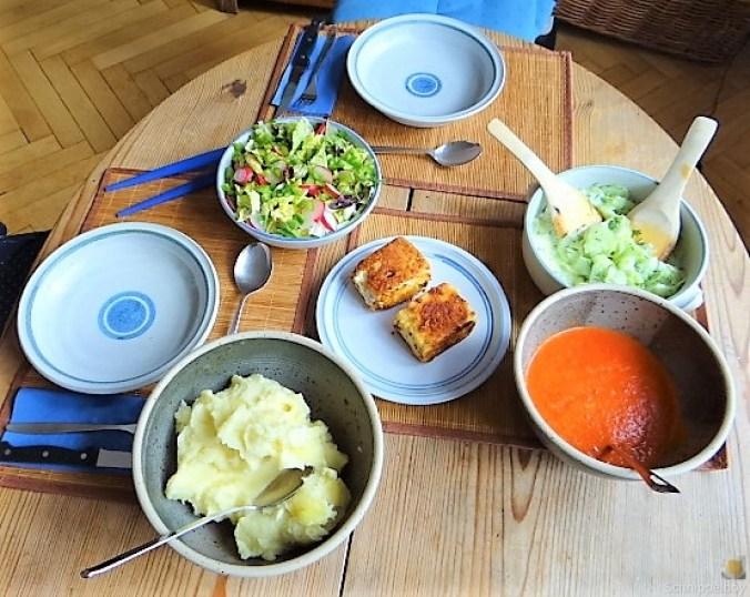 Kartoffelstampf mit Feta, Paprikasauce, Gurkensalat und ein Blattsalat (4)