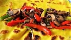 Eierpfannkuchen mit Pilz-Gemüse Füllung und Pflücksalat (24)