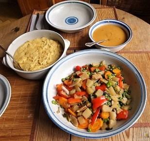 Gedämpftes Gemüse, Ernußsauce und Polenta, (27)