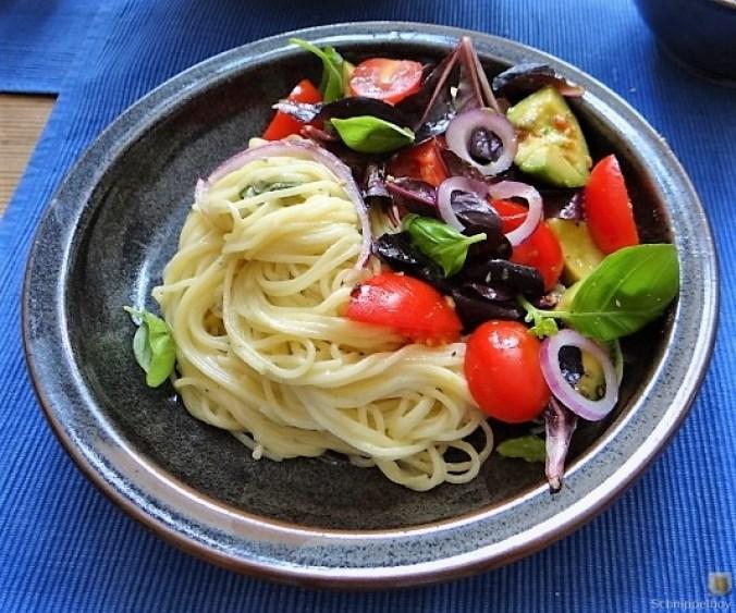 Spaghetti mit Gorgonzolasauce und Bunter Salat (1)