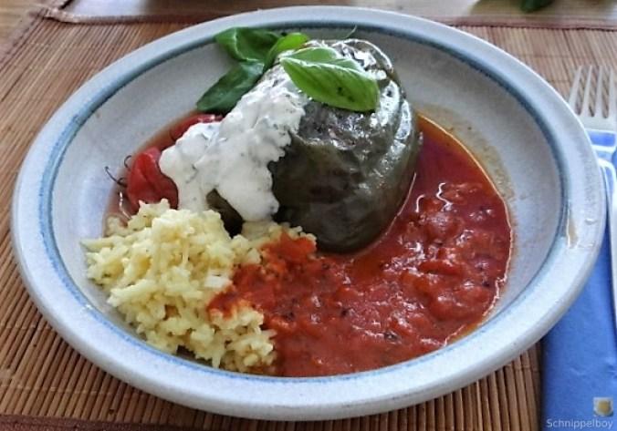 Gefüllte Paprika mit Tomatensauce und Reis (1)