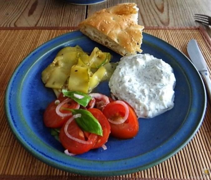 Zucchini-Tomatensalat und Tzatziki (17)