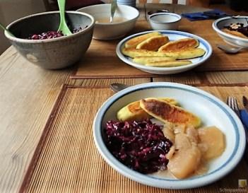 Kartoffel-Quark Nudeln ,Rotkohlsalat und Apfelkompott (23)