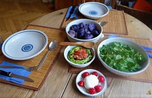 Lila Kartoffeln, Guacamole, Burrata und Salat (16)