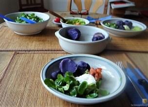 Lila Kartoffeln, Guacamole, Burrata und Salat (17)