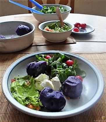 Lila Kartoffeln, Guacamole, Burrata und Salat (18)