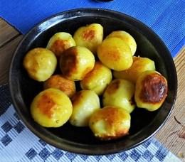 Im Ofen gebackener Sellerie, Forelle, Salate und gebratene Kartoffeln (16)