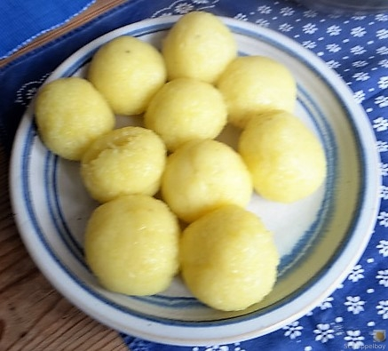 Gulasch mit Klößen und Auberginensalat (18)
