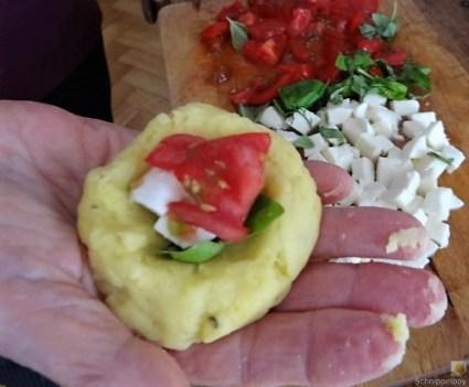 Gefüllte Kartoffelklöße mit Mozzarella und Basilikum (20)