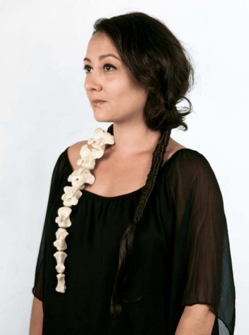 "Marie Masson, ""Queue de bœuf | Ochsenschwanz"", Knochen, Résin, Haare, Gummi, 2013 | Foto: Marie Masson"