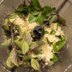 """Haselnüsse,""""African Blue"""", Parmesan und Olivenöl in den Mixer und pürieren."""