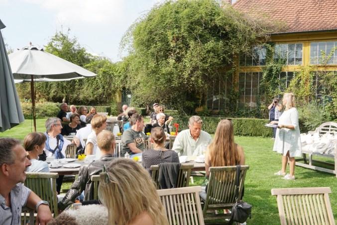 Begrüßung vor der Orangerie im Privatgarten durch Freifrau von Süsskind