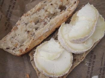 Der perfekte Imbiss: Baguette und viel würziger Ziegenkäse
