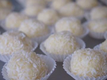 Schokolade, Sahne, Butter, Kokosraspeln und Mandeln in ihrer schönsten Form