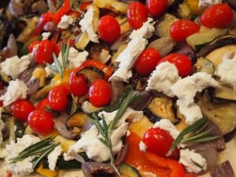 Ratatouille-Tarte vom Blech mit Grillgemüse, Ziegenkäse und Kräutern