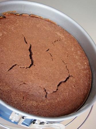Der Kuchenboden ist fertig und bildet vor Schreck ein paar Risse - macht nix, Frosting folgt!