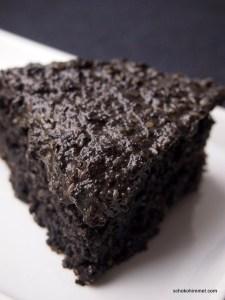 schwarzer Sesamkuchen mit Topping