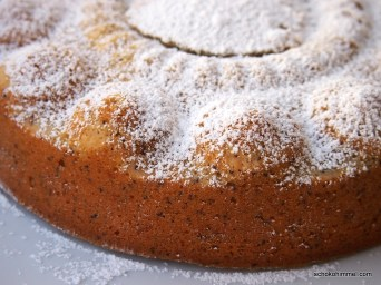 Zitronen-Mohn-Kuchen unter Puderzuckerhaube