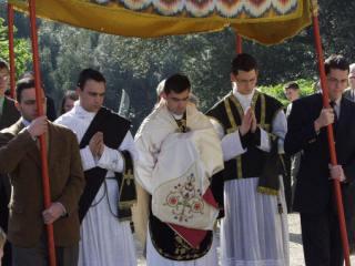 10 - Procession ramenant le Très-Saint Sacrement depuis le reposoir.