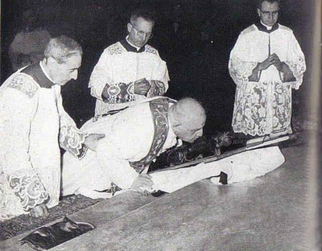 Saint Jean XXIII adore la Croix selon le rite traditionnel lors de la Semaine Sainte 1959 en la basilique Sainte-Croix de Jérusalem.