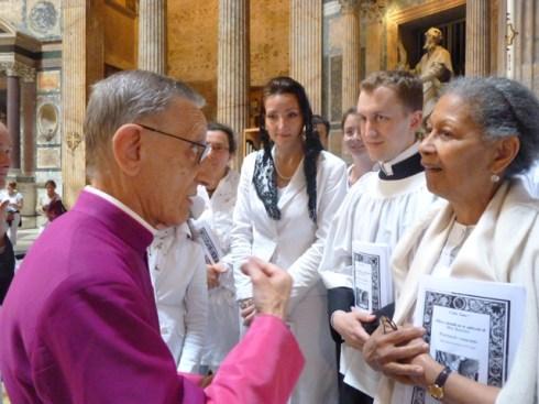 Mgr Amodeo au Panthéon avec les choristes de la Schola