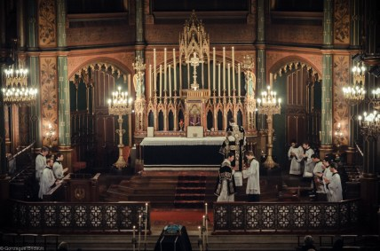 Requiem solennel pour Louis XVI du 21 janvier 2013 : le sous-diacre reçoit le livre des Epîtres