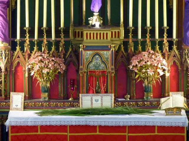 Les palmes sur l'autel