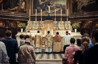 1ère messe de M. l'Abbé Lacroix, fssp, à Notre-Dame-des-Victoires, le 3 août 2013 : les prières au bas de l'autel