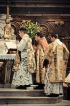 1ère messe de M. l'Abbé Lacroix, fssp, à Notre-Dame-des-Victoires, le 3 août 2013 : à l'introït de la messe Salve Sancta Parens