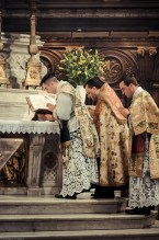 1ère messe de M. l'Abbé Lacroix, fssp, à Notre-Dame-des-Victoires, le 3 août 2013 : inclinaison d'adoration pendant le chant du Gloria Patri de l'introït