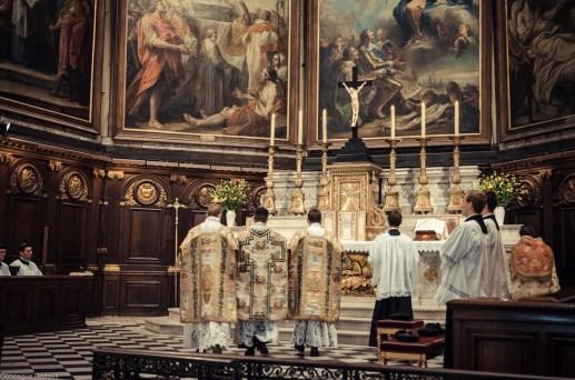 1ère messe de M. l'Abbé Lacroix, fssp, à Notre-Dame-des-Victoires, le 3 août 2013 : retour du clergé à l'autel pour les prières avant l'évangile
