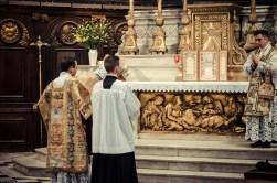 1ère messe de M. l'Abbé Lacroix, fssp, à Notre-Dame-des-Victoires, le 3 août 2013 : encensement du célébrant après l'évangile