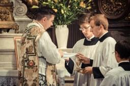 1ère messe de M. l'Abbé Lacroix, fssp, à Notre-Dame-des-Victoires, le 3 août 2013 : au lavabo