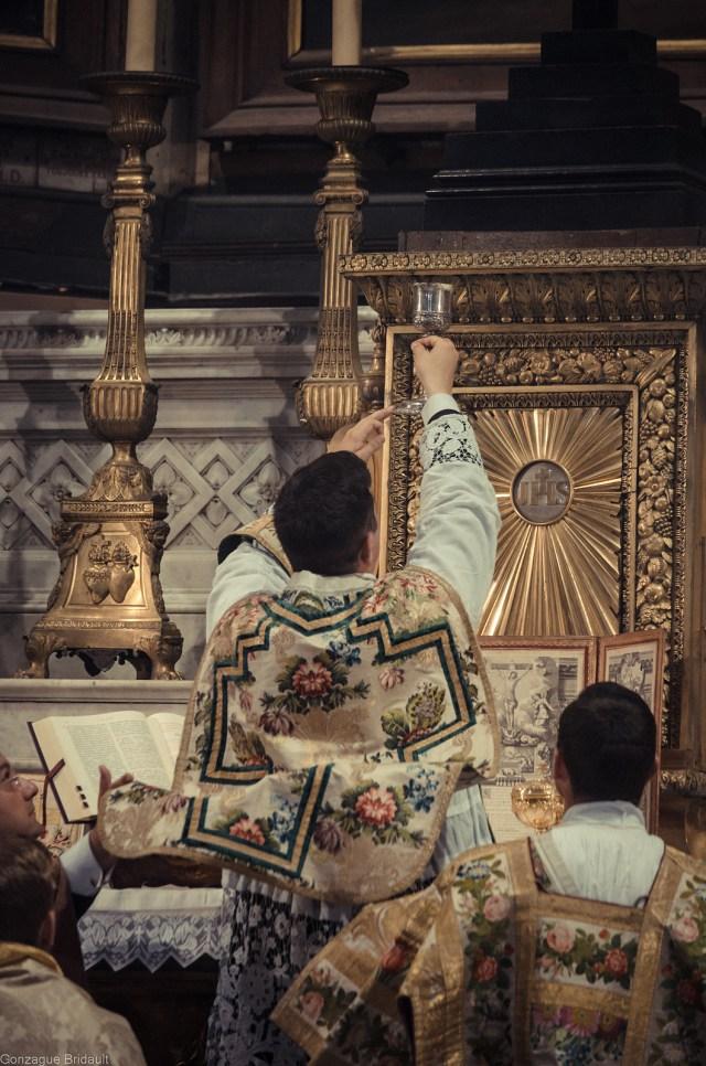 1ère messe de M. l'Abbé Lacroix, fssp, à Notre-Dame-des-Victoires, le 3 août 2013 : élévation du Très-Précieux Sang