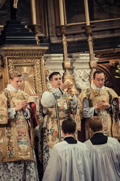 1ère messe de M. l'Abbé Lacroix, fssp, à Notre-Dame-des-Victoires, le 3 août 2013 : Ecce Agnus Dei