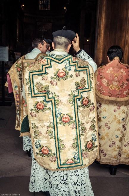 1ère messe de M. l'Abbé Lacroix, fssp, à Notre-Dame-des-Victoires, le 3 août 2013 : retour à la sacristie