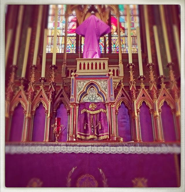 Le maître-autel de Saint-Eugène paré pour le temps de la passion - 2014