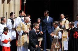 Sortie de messe à Saint-Eugène - Mgr le duc d'Anjou salue le clergé