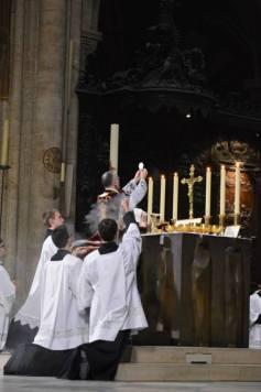 09 - Messe de départ célébrée par M. l'Abbé Iborra dans Notre-Dame-de-Paris - vigile de la Pentecôte - Elévation du Corps du Seigneur
