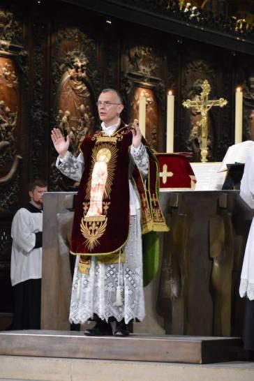12 - Messe de départ célébrée par M. l'Abbé Iborra dans Notre-Dame-de-Paris - vigile de la Pentecôte - Dominus vobiscum