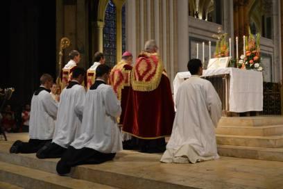 24 - Messe pontificale de Mgr Aillet dans la cathédrale de Chartres - prières au bas de l'autel