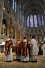 26 - Messe pontificale de Mgr Aillet dans la cathédrale de Chartres - collecte de la messe du lundi de Pentecôte