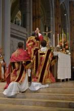 34 - Messe pontificale du lundi de Pentecôte célébrée par Mgr Aillet dans la cathédrale de Chartres - à l'élévation du Corps du Seigneur