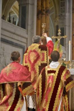 37 - Messe pontificale du lundi de Pentecôte célébrée par Mgr Aillet dans la cathédrale de Chartres - à l'élévation du Sang du Seigneur
