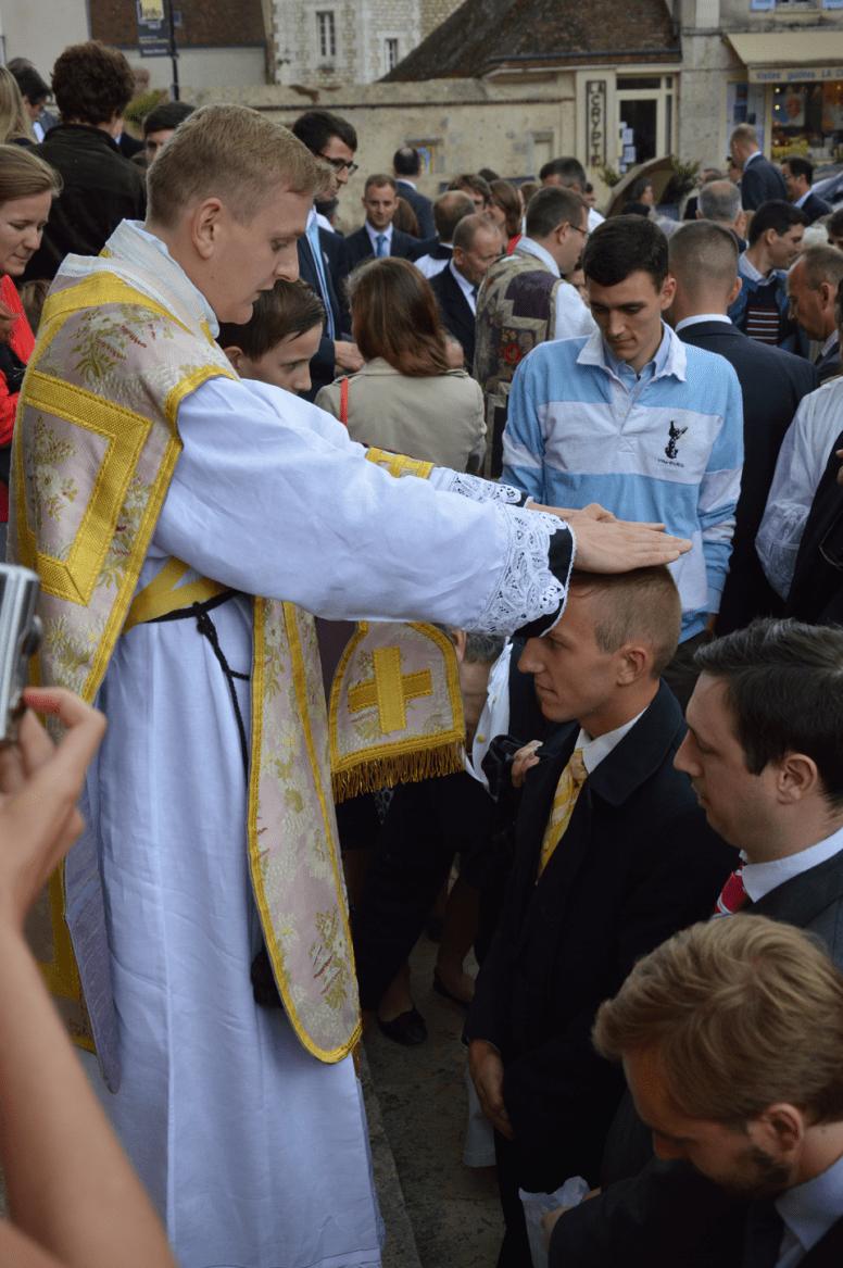 48 Les nouveaux prêtres donnent leur bénédiction sur le parvis après la messe d'ordination © François N